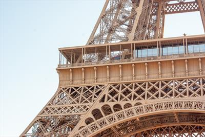 Auf Paps Schultern durch Paris 🎒- Story | story.one