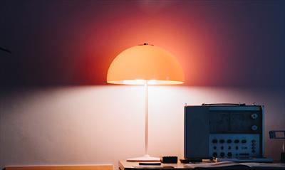 Staubbedecktes Schreibtischlicht (Teil 1)   story.one
