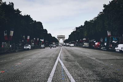 Pleurer aux Champs-Elysées   story.one