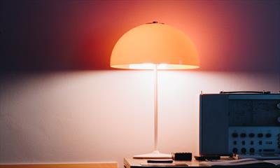 Staubbedecktes Schreibtischlicht (Teil 2)   story.one
