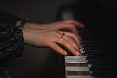 Das Mädchen am Klavier | story.one