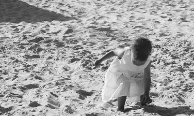 Hände im Sand   story.one
