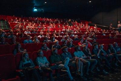Pfeilwurf im Kino | story.one