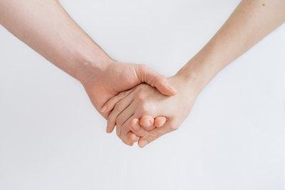 Er trägt sie auf Händen | story.one